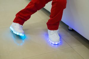 Kind mit leuchtenden Schuhen