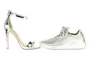 Silberne Schuhe sind aufregend,
