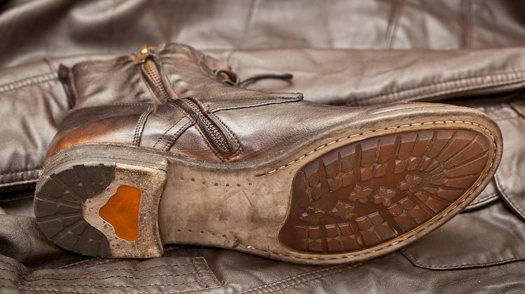 Rahmengenähte Schuhe liegen auf der Seite.