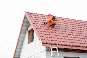 Ein Dachdecker benötigt sichere Schuhe