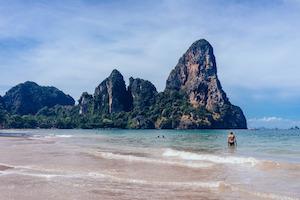 An schönen Stränden mit Kies trägt man am besten Strandschuhe