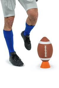 Amerikanischer Footballspieler trägt spezielle Schuhe
