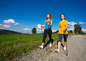 Zwei Frauen geniessen eine Nordic Walking Tour